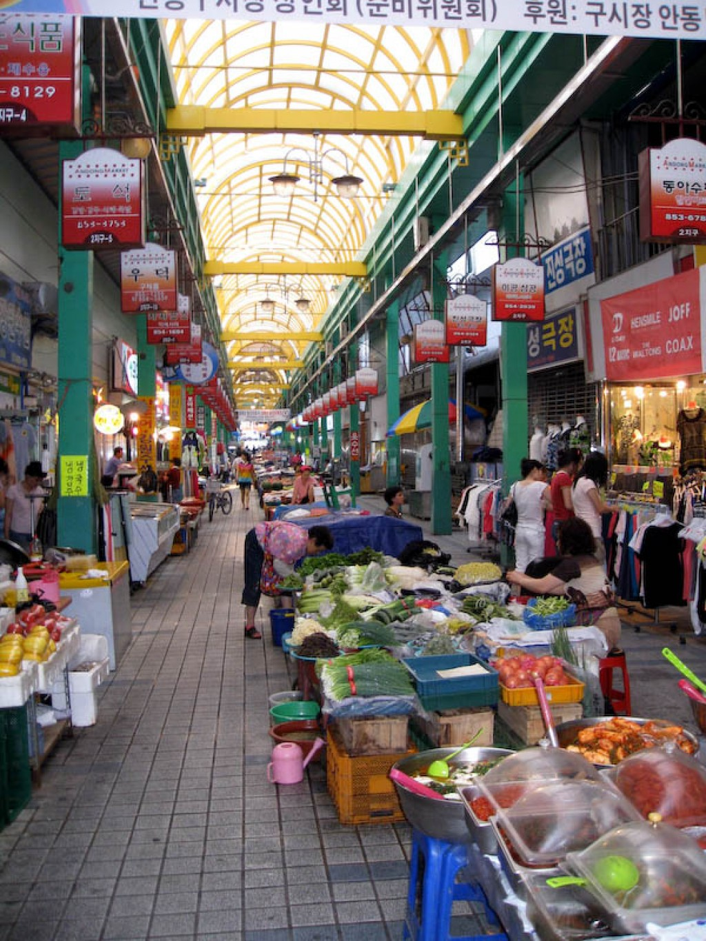 Food stalls in the Andong Gu Market