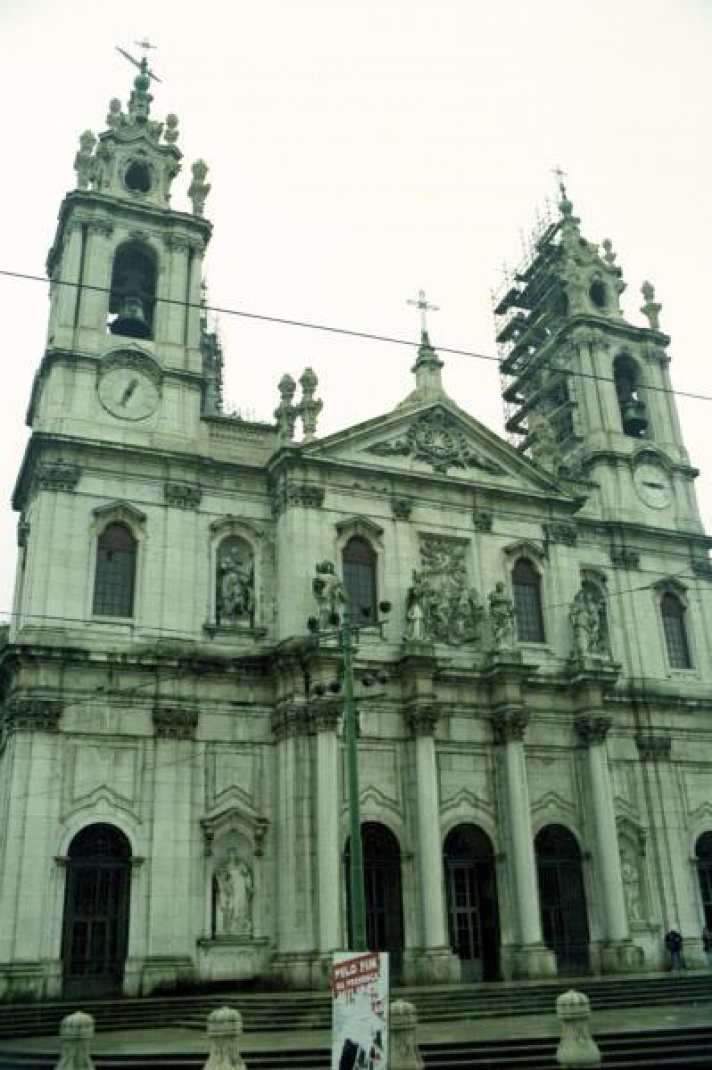 This is the Basilica Estrela, built in 1796 by Maria I who promised God she would build it she were given a son.